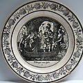 Une assiette en faïence fine de la manufacture de choisy-le-roi.