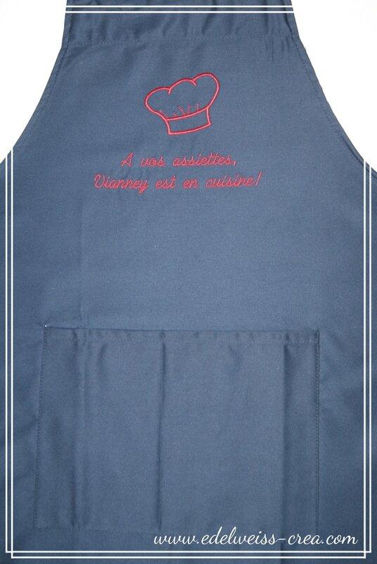 Tablier de cuisine bleu marine - Cadeau personnalisé - A vos assiettes, Vianney est en cuisine