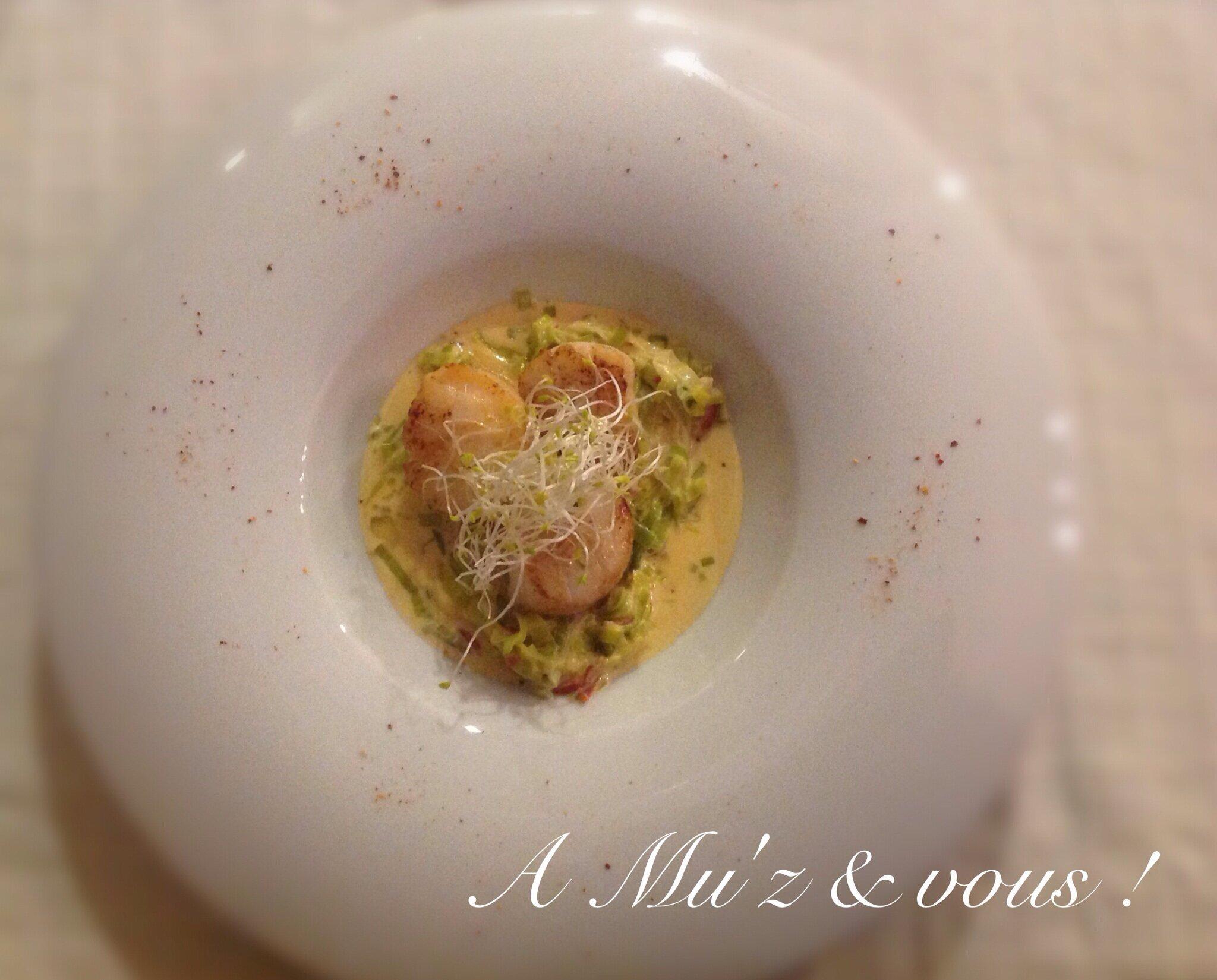 Saint-Jacques au jus de chorizo, effiloché de poireaux, huile de café.