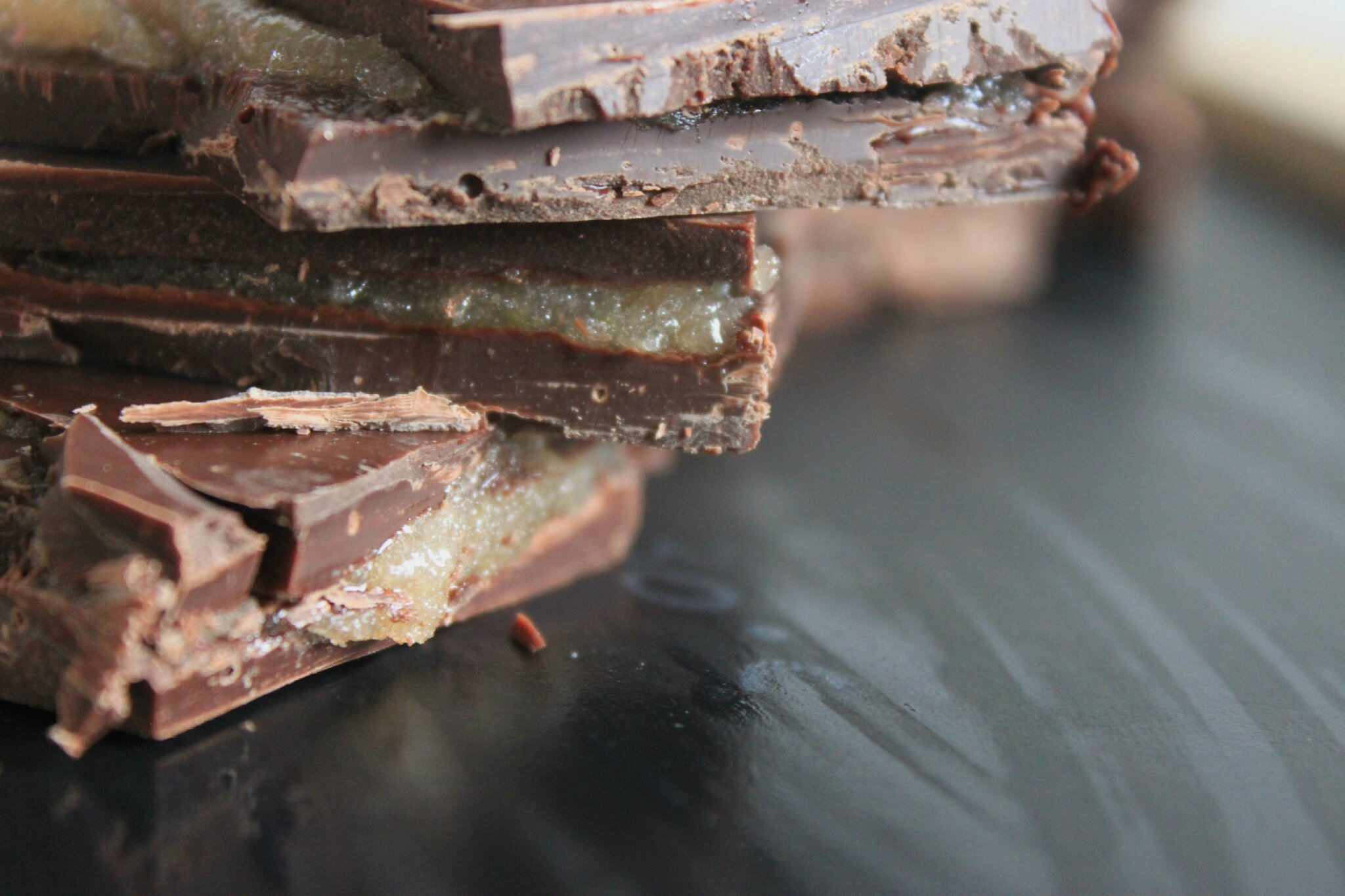Tablette de chocolat fourrée à la confiture de nèfle