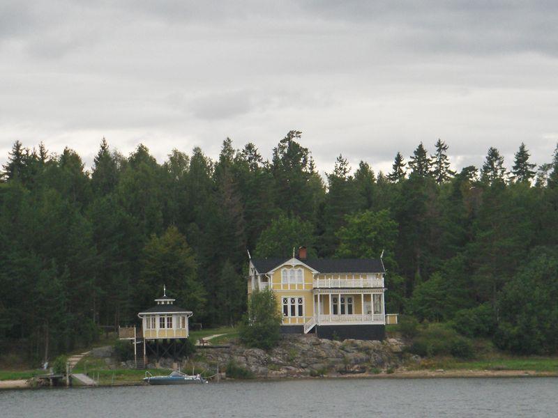 Maison jaune au bord du lac