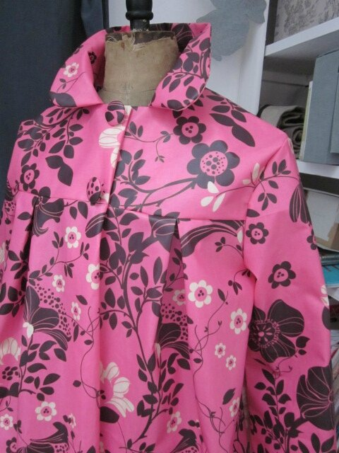 Ciré AGLAE en coton enduit rose tyrien fleuri fermé par 2 pressions cachés sous 2 gros boutons recouverts dans le même tissu (8)