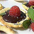 Mini tartelettes chocolat-menthe, framboises et pistaches