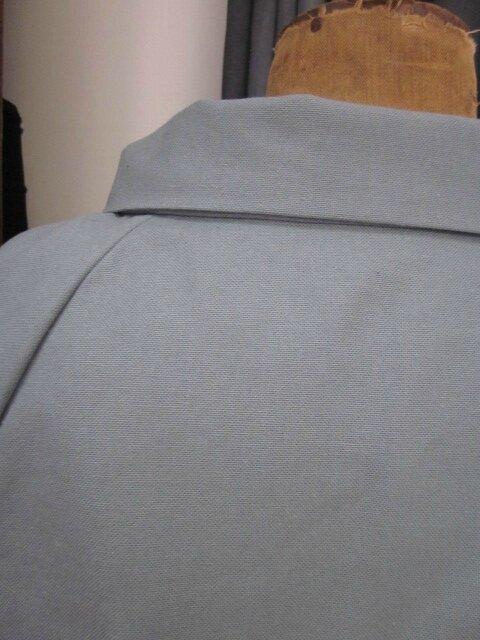 Veste BLANCHE en toile de coton grise fermée par un bouton de nacre (1)
