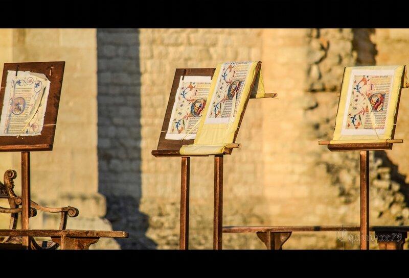 La réalisation d'un manuscrit est le plus souvent localisée au sein d'un scriptorium monastique ou épiscopal (Abbaye de Maillezais)