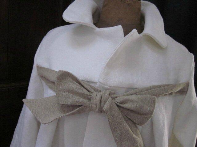 Manteau de lin épais et dense blanc noué d'un lien de lin brut sur le devant (15)