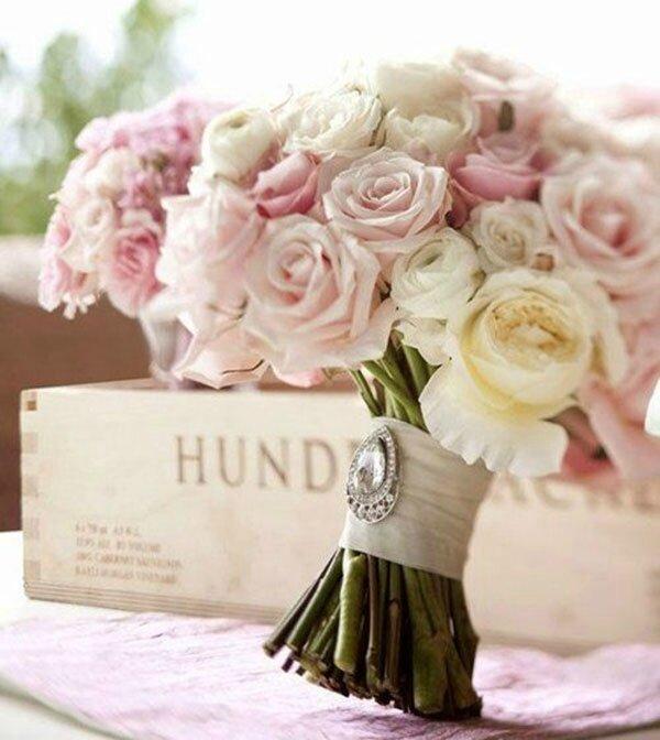 photo-de-bouquet-de-roses-blanches-et-roses