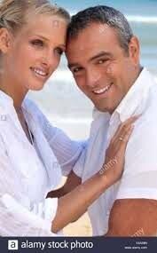 Un couple derrière la mer : un homme âgé de 40 ans, musclé et d'une femme blonde de 35 ans Photo Stock - Alamy