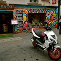 Devanture colorée de la rue de la Roquette.