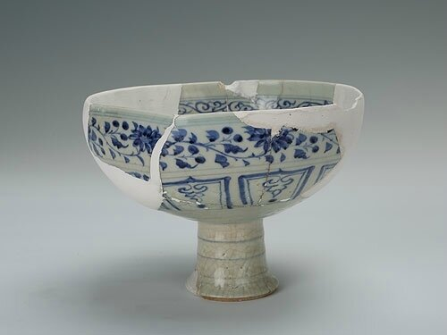 Blue-and-white food container 'dou', Yuan Dynasty (1271-1368)