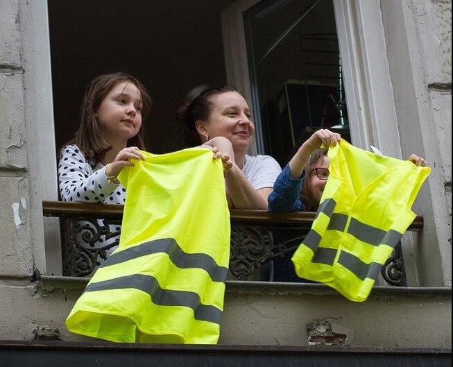 femmes gilets jaunes à la fenétre