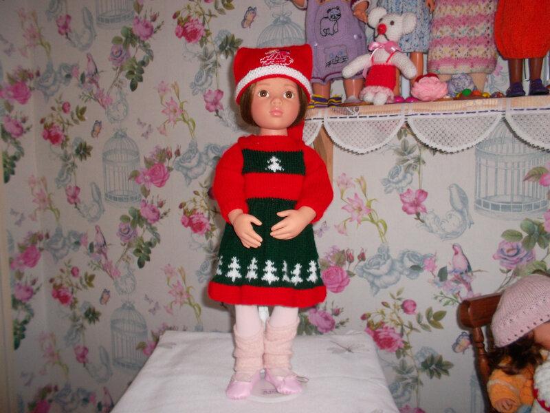 Maëlyse a mit une jolie robe avec des sapins de Céline 2