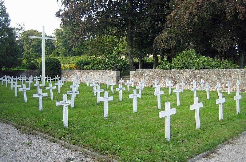 800px-Bricquebec-abbaye-cimetiere