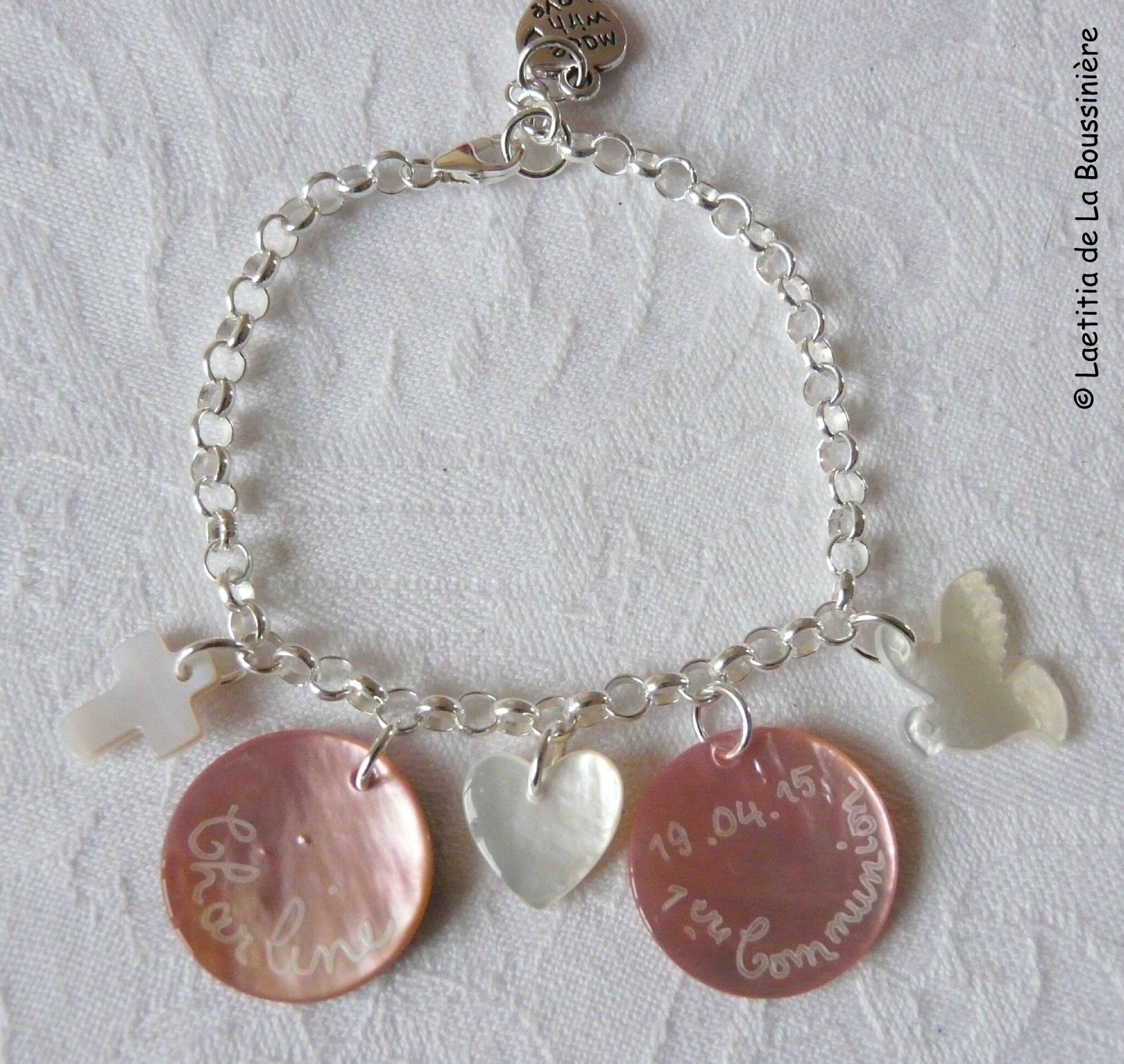 Bracelet sur chaîne argent massif, médailles en nacre rose clair, mini Croix en nacre, mini coeur en nacre et colombe en nacre - 65 €