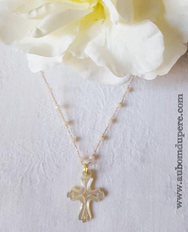 Collier Croix sur chaîne chapelet (blanc) - 29 €