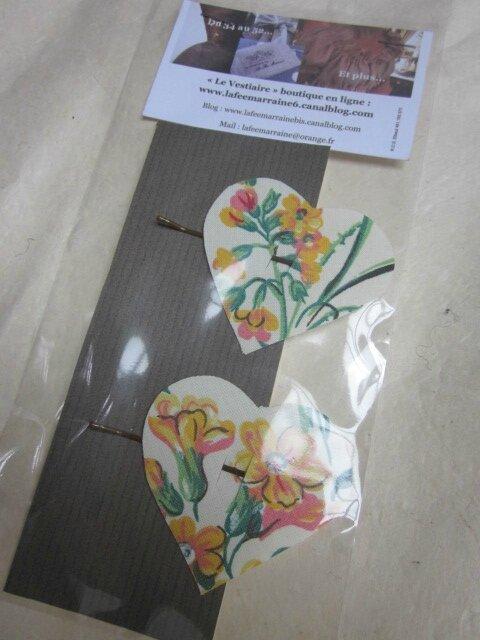 Carte de deux pinces à cheveux coeur fleuri jaune