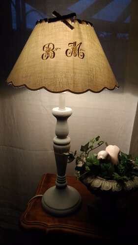 Grande lampe patiné gris pour le pied et abat jour monogrammé