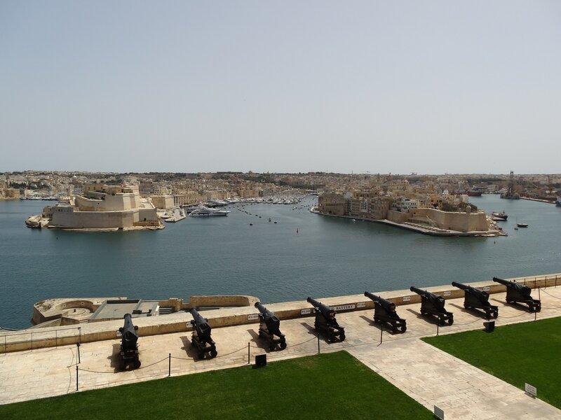Vue sur les trois cités depuis la Valette - et sur les canons de la Saluting Battery