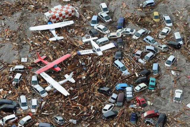 384410-debris-suite-tsunami-japon