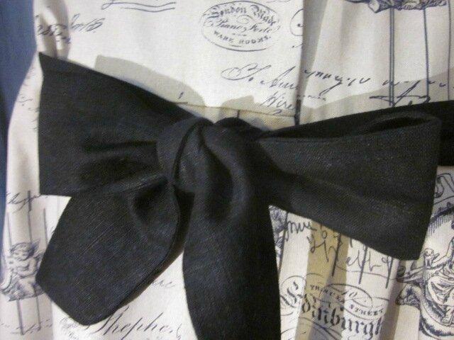 Manteau AGLAE en toile de coton beige imprimé noir femé par un noeud de lin noir (3)