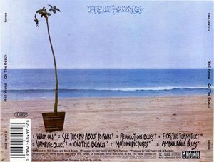 neil-young-on-the-beach-atras