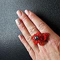 Bague en perle fleur rouge