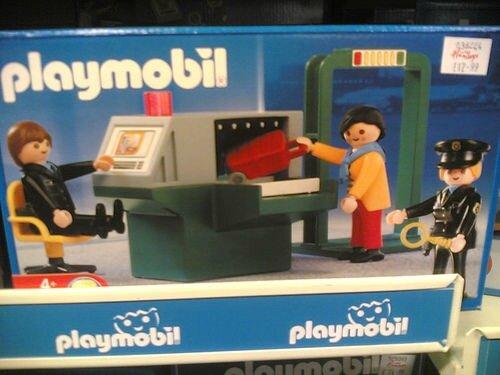Les playmobil se plient aussi à la règle : ils ne sont pas sûrs d'être autorisés à prendre l'avion.
