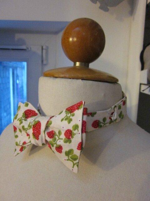 Véritable NOEUD PAPillon en coton écru parsemé de jolies fraises rouge (4)