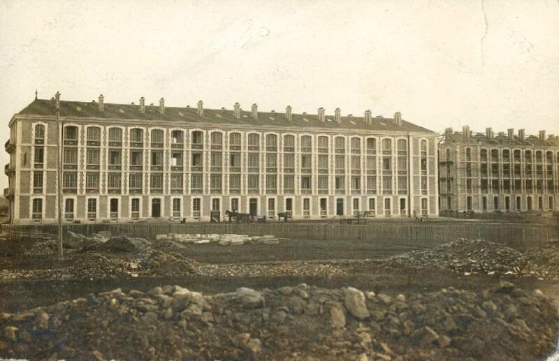 Caen, caserne de 43e RAC bâtiment central en construction (carte-photo coll. Verney-grandeguerre)