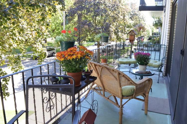 décoration-balcon-automne-jardinières-chrysanthèmes-galettes-vert-clair-lanternes