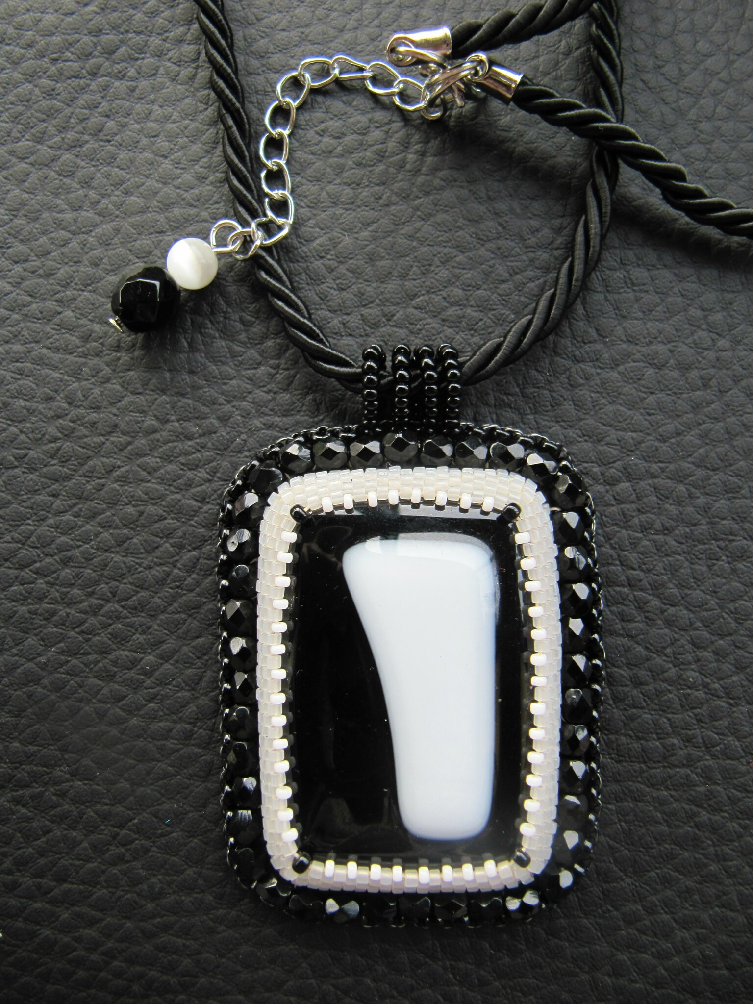 Pendentif noir/blanc