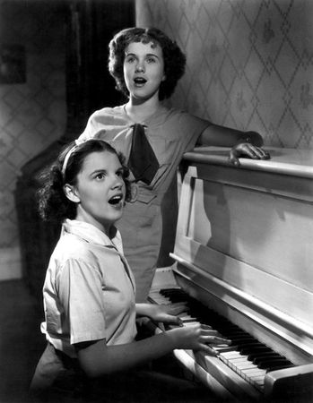judy_garland_and_deanna_durbin_pian
