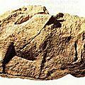 Bison sculpté sur bloc de pierre_