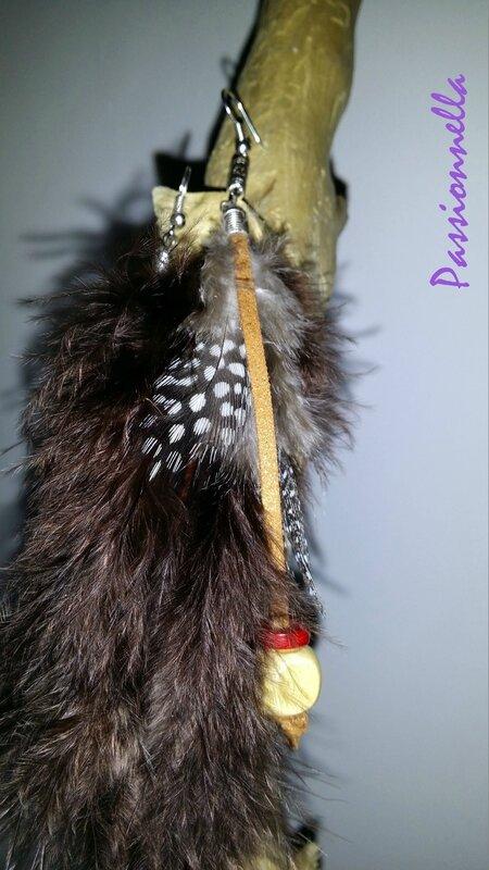 Boucle d'oreille plume maron et fauve par Passionnella