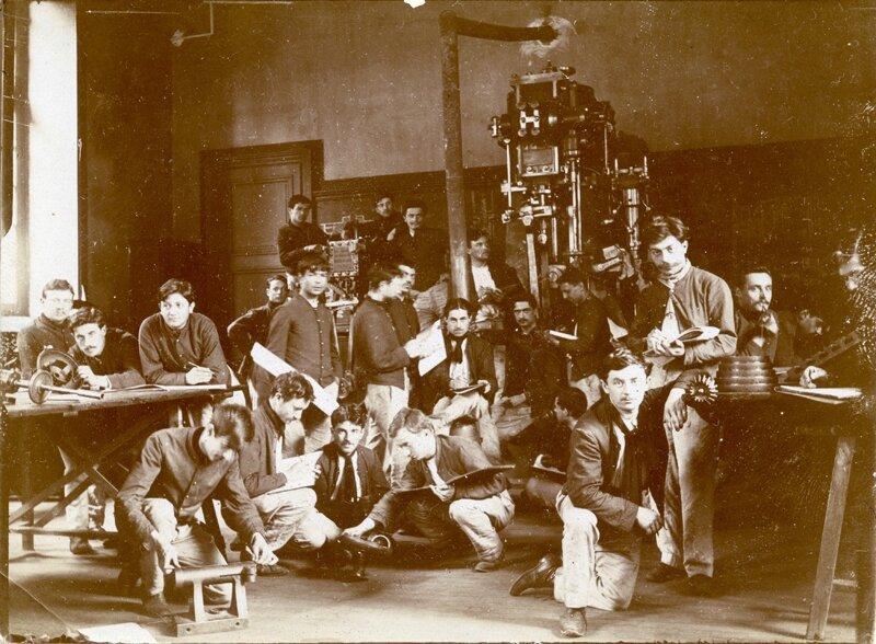 49- Salle des ''croquis'', cours de mécanique - 22 personnes