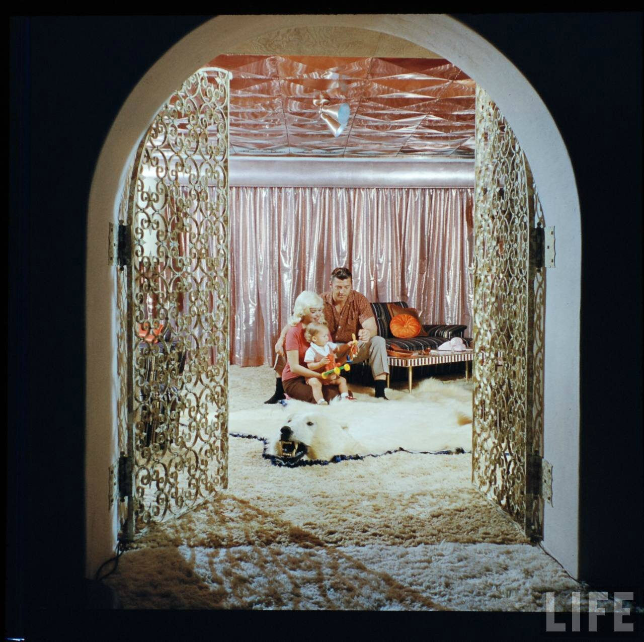 jayne_pink_palace-inside-lounge_second-by_allan_grant-with_miklos-1