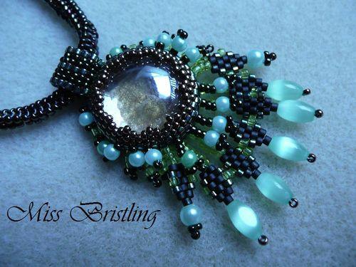 détails du collier vert feuille