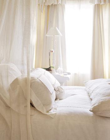 Bedroom_white_linens_HTOURS1205_de