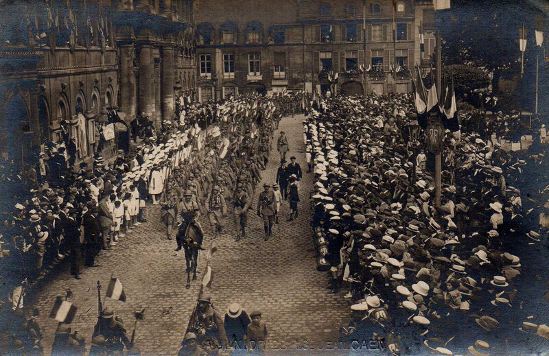 Caen, Défilé du Retour des Poilus le 13 septembre 1919, Place de l'Hôtel de Ville défilé des troupes
