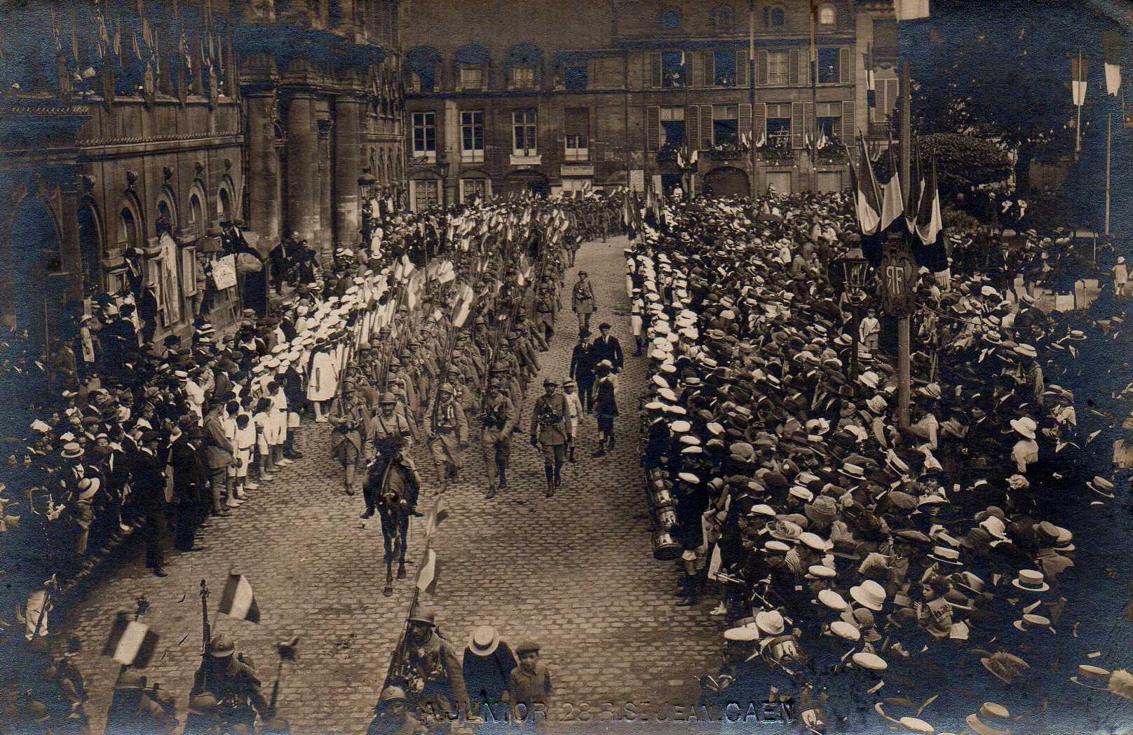 11 11 Caen, Défilé du Retour des Poilus le 13 septembre 1919, Place de l'Hôtel de Ville défilé des troupes