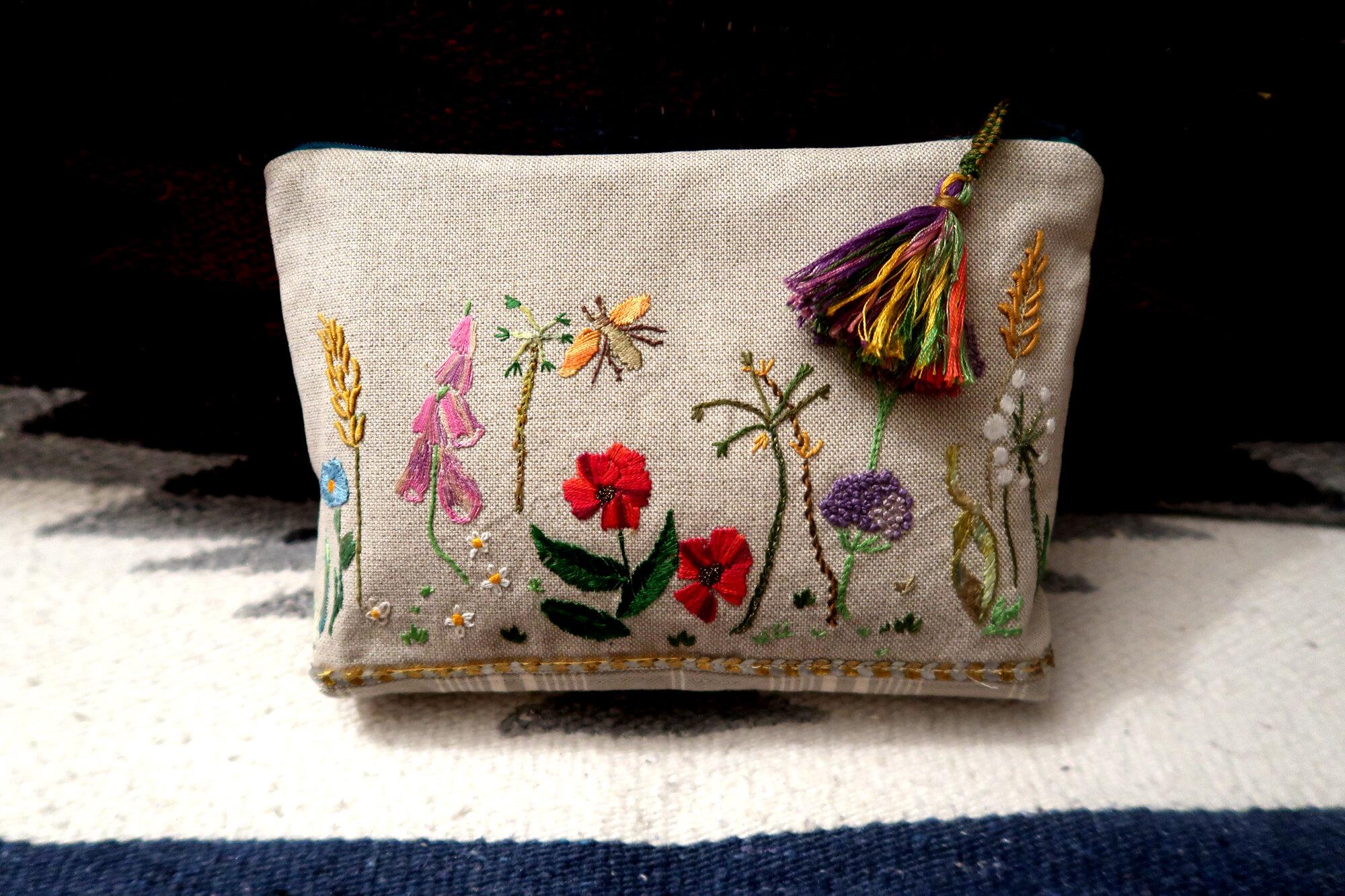 Trousse florale brodée main sur lin pailleté