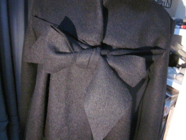 Manteau AGLAE en laine bouillie noire fermé par un noeud dans le même tissu (15)