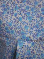Ciré court AGLAE en coton enduit blanc fleuri ciel fermé par 2 pressions dissimulés sous 2 gros boutons recouverts dans le mm tissu (1)