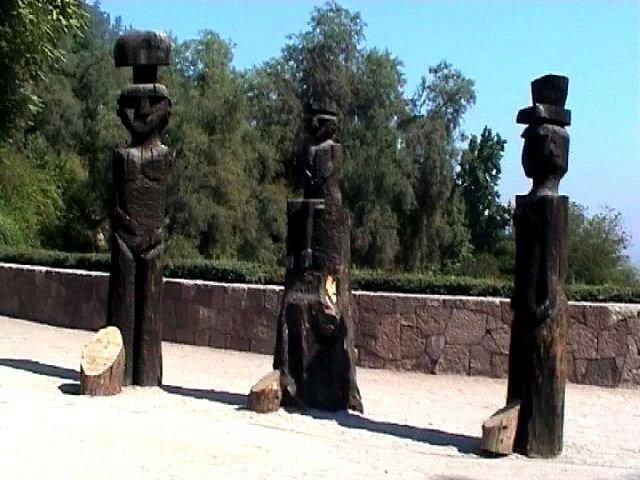 Totems Mapuche au jardin botanique de Mapulemu