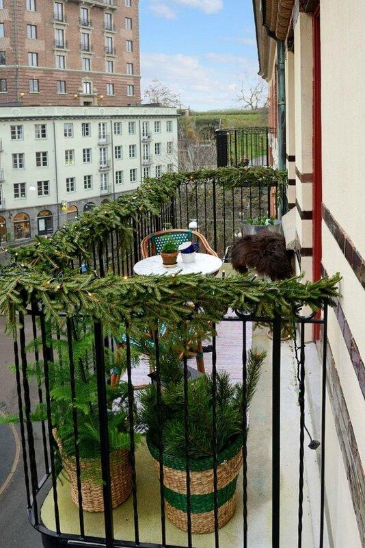 branches-de-sapin-sur-les-rembardes-du-balcon_5726103