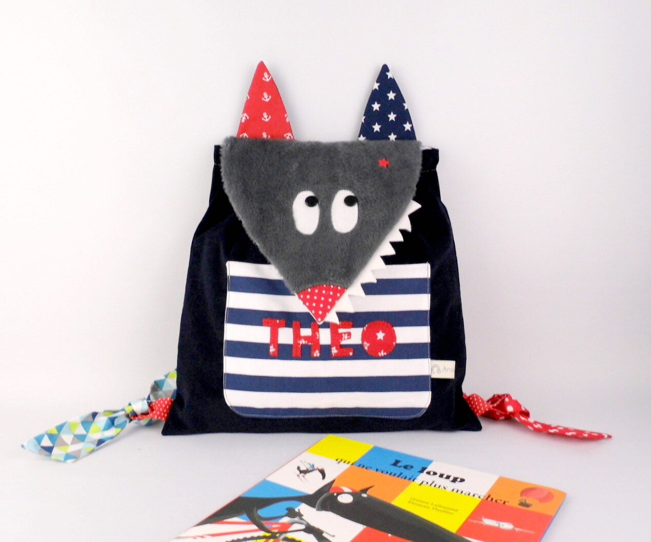 Sac garçon maternelle perosnnalisable prénom Theo style marin rouge bleu rayé navy ancres étoiles kids personnalized name backpack wolf navy red