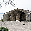 Le lavoir situé au bord de l'Etang de Berre