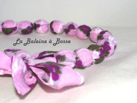 collier boule tissus africain mauve violet perle bois brut gros plan