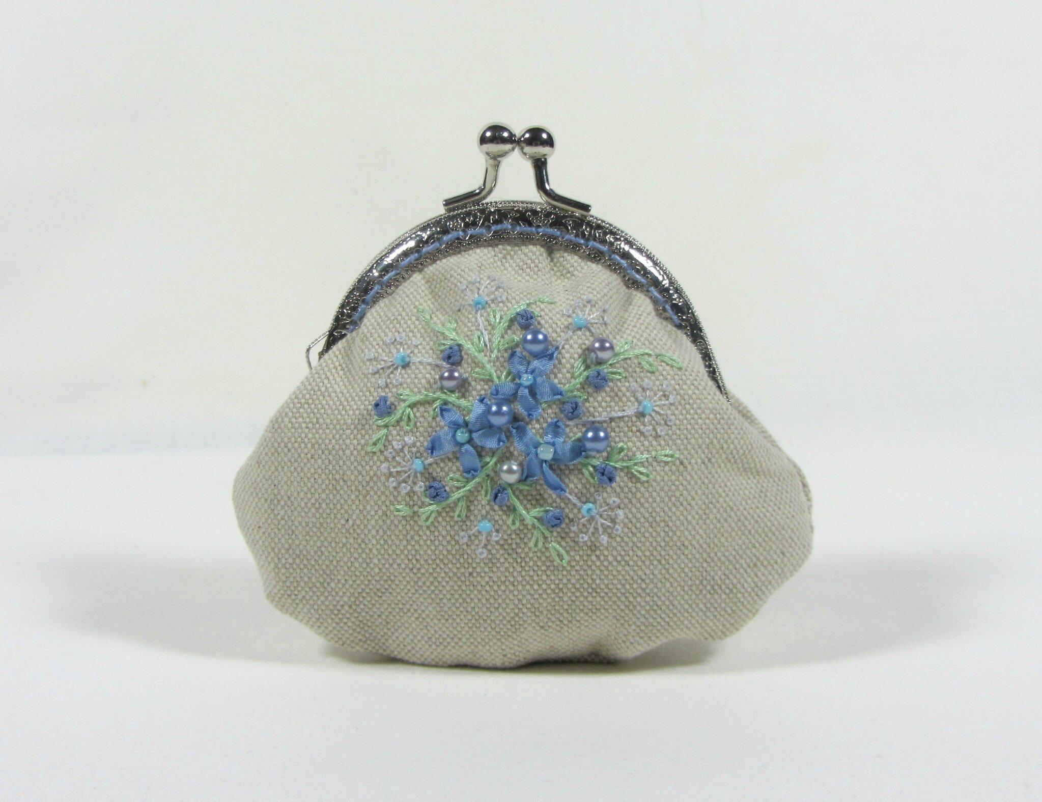 Porte-monnaie brodé en soie et des perles