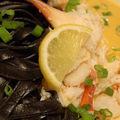 Chair de crabe, sauce safranée et tagliatelles à l'encre de seiche